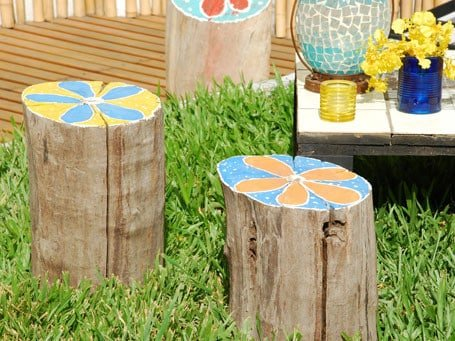 Troncos pintados para el jard n - Jardines decorados con madera ...